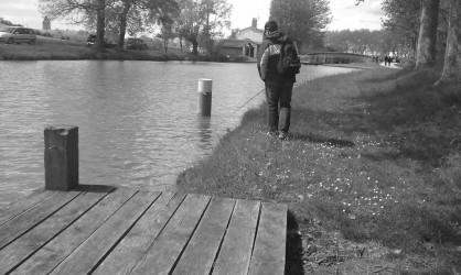 Pêche des bordures à proximité d'un édifice sur le canal du midi