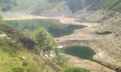 Lac de barrage en pleine vidange